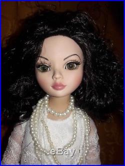 Beautiful Tonner ELLOWYNE WILDE 16 Fashion Doll & Great Outfit! 2006